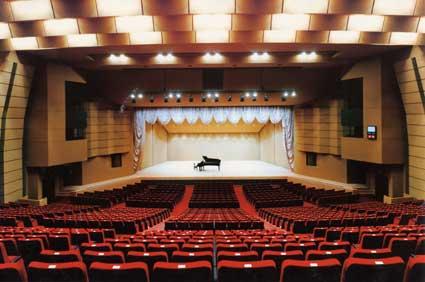 犬山市民文化会館大ホールの舞台...
